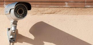 Schutzmaßnahme mit langem Schatten. Empirische Daten belegen die abschreckende Wirkung von Kameras an Schulen nicht. Foto: stux / pixabay (CC0 Creative Commons)