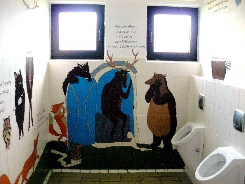 Ganz schön bunt: die Toilette der Grundschule Bottenhorn. Foto: Landkreis Marburg-Biedenkopf