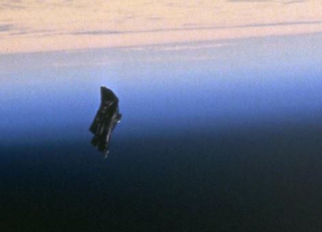Blick aus dem Space Shuttle auf - Weltraumschrott. Das Foto entstand 1998. Ufologen sehen in dem Trümmerteil einen außerirdischen Satelliten. Foto: NASA