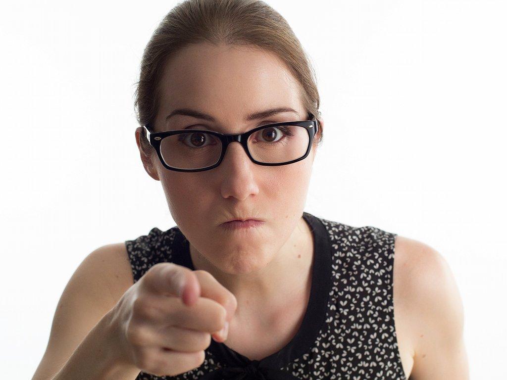 Die Forschungsergebnisse legen nah, dass sich Narzissten Ihrer Umwelt gegenüber als intellektuell überlegen betrachten und in Wut geraten, wenn ihre Umwelt diese Einschätzung nicht teilt. Daraus könnte ein dauerhaftes Wutgefühl entstehen. Foto: PourquoiPas / Pixabay (CC0)