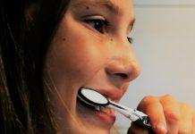 Richtiges Zähneputzen sollte Kindern frühzeitig zur Gewohnheit werden. Foto: Jenny Friedrichs (colluser) / Pixabay (CC0 1.0)