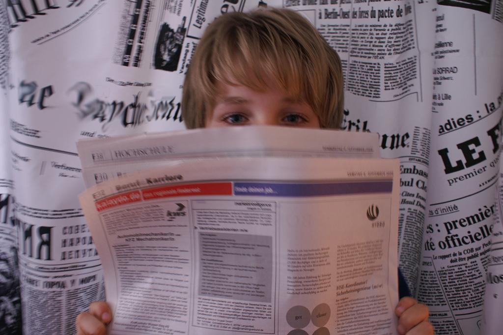 Zeitungslesender Junge