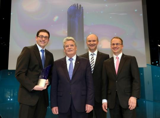 (v.l.n.r.) Dr. rer. nat. Jens König, Bundespräsident Joachim Gauck, Dr. sc. nat. Dirk Sutter, Prof. Dr. rer. nat. Stefan Nolte