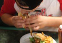 Trotz des Salatblatts: Fast food hat meist eine geringe Nährstoffdichte. Foto: John R. Perry / Pixabay (CC0 1.0)