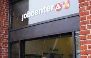 """Was kommt nach der """"Warteschleife""""? In erstaunlich vielen Fällen offenbar eine Ausbildung und nicht das Jobcenter. Foto: Aktion Freiheit statt Angst / flickr (CC BY 2.0)"""