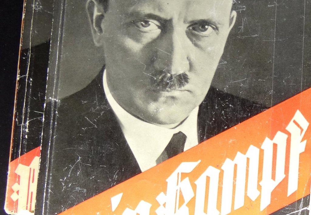 Exemplar des Hitler-Machwerks in der Ausstellung im Dokumentationszentrums Reichsparteitagsgelände, Nürnberg. Foto: Adam Jones, Ph.D./Wikimedia Commons (CC BY-SA 3.0)