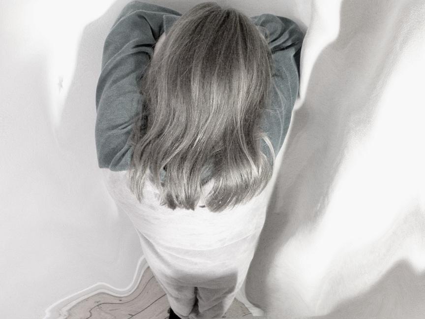 Stundenlanges Strammstehen auf einem Blatt Löschpapier: Die Schulleiterin soll Schüler drakonisch bestraft haben (Szene gestellt). Foto: Luis Priboschek