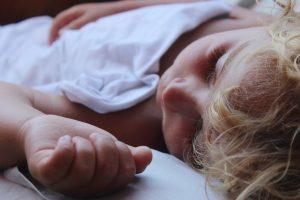 Das individuelle Schlafbedürfnis ist nicht veränderbar, doch die technische Entwicklung nimmt darauf nur wenig Rücksicht. Foto: emrahozaras / Pixabay (CC0)