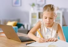 Digitalpakt, Digitalisierung, Kind am Laptop, Homeschooling. Foto: shutterstock/Gorodenkoff