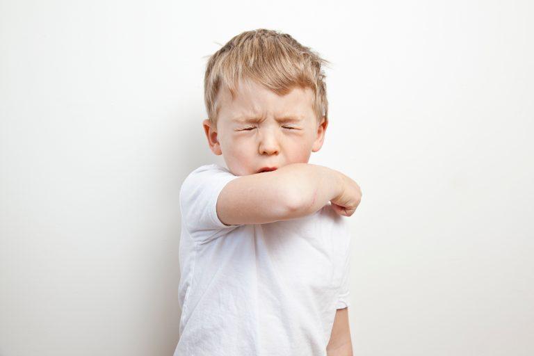 Absurde Quarantäne-Regeln, Unterricht ohne Masken, Klassenräume ohne Luftreiniger: Wie Corona unter Schülern aufblüht