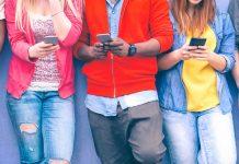 """Die """"Generation Kopf unten"""" kommuniziert gerne via Smartphone - kann aber auch anders. Foto: Shutterstock"""