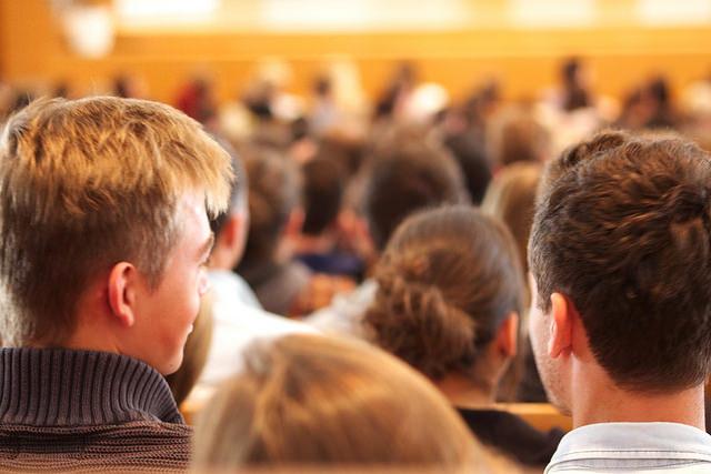 Gymnasien legen ihren Schülern bei der Berufsberatung eher ein Studium nah. Foto: Universität Salzburg (NaWi-AV-Studio) / flickr (CC BY 2.0)