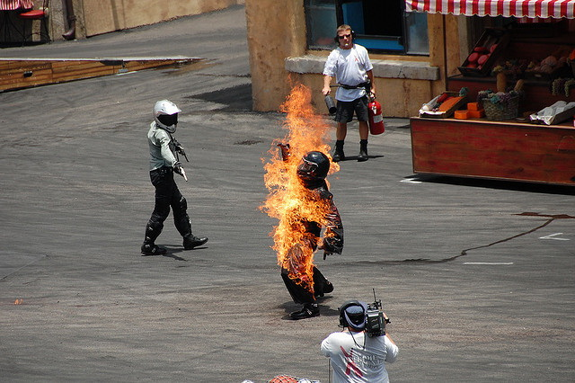 Stuntmen bei der Arbeit in den Walt-Disney Studios in Hollywood. (Foto: Sanbeji/Flickr CC BY-SA 2.0)