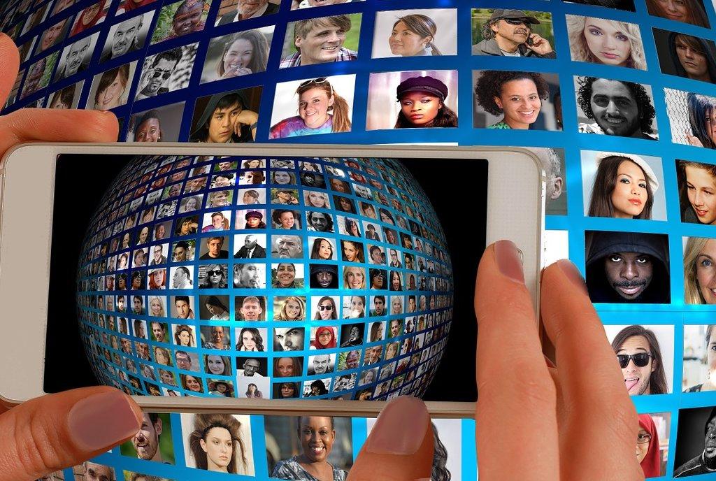 Machen viele Facebook-Freunde am Ende doch glücklich? Die Nutzung sozialer Netzwerke kann sich jedenfalls auszahlen. Foto: geralt / pixabay (CC0)